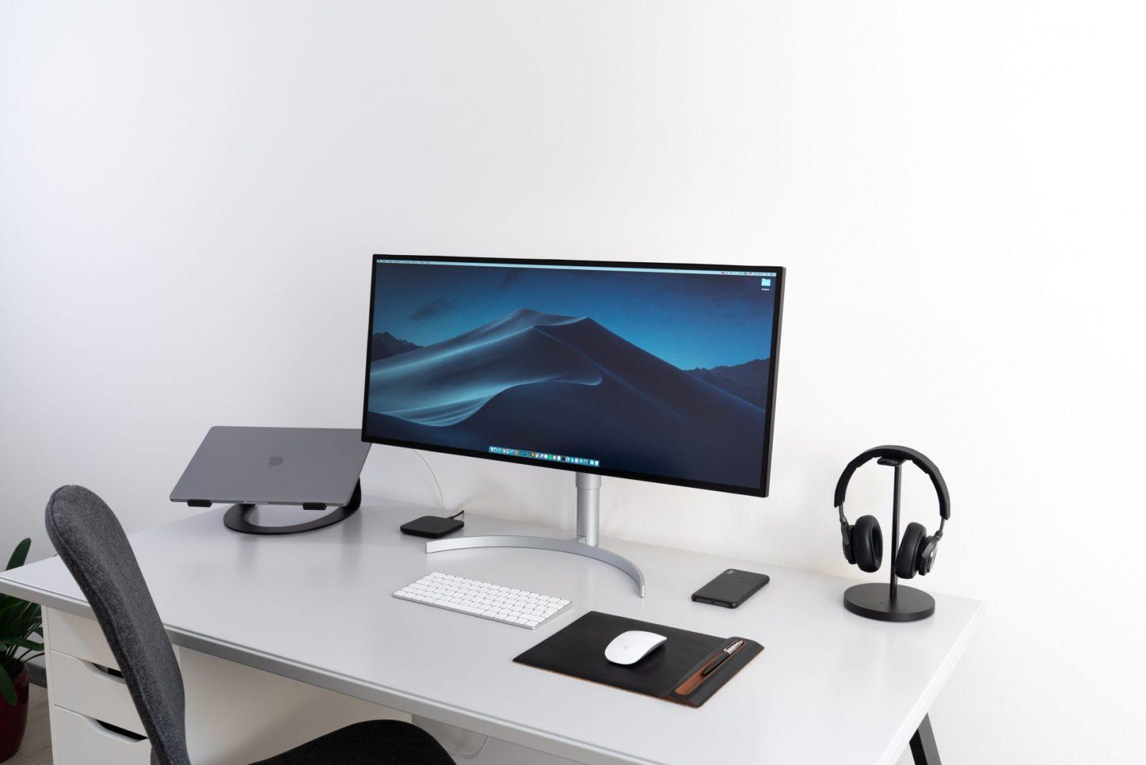 Zestaw komputerowy laptop, monitor, klawiatura i myszka